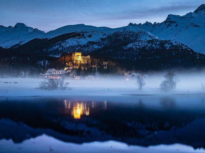 Alpský podvečer nad jezerem