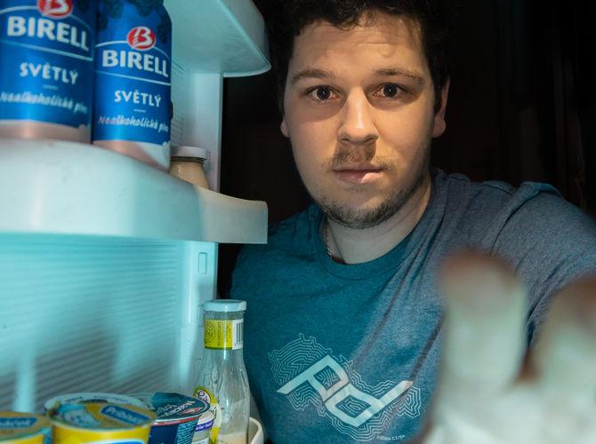 Noční nálet na ledničku (z pohledu ledničky)