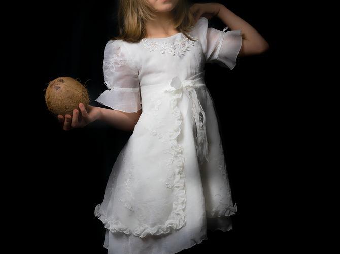 Dívka s kokosem