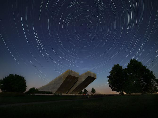 startrails u památníku