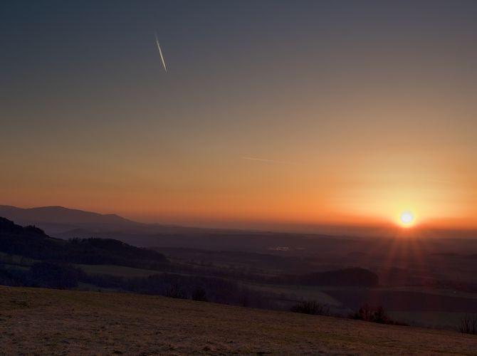 ....sluníčko zapadá za veselskou horu .....