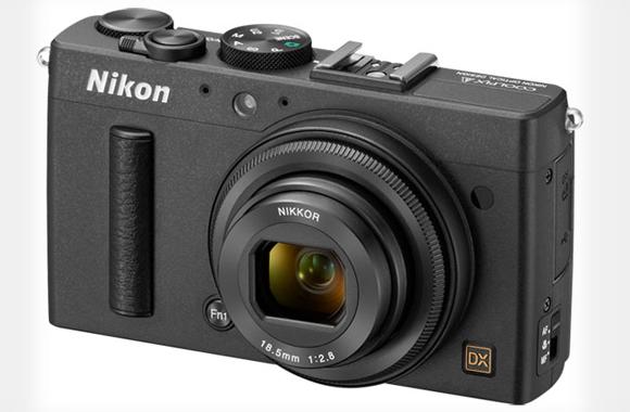 Nikon představil kompakt s DX snímačem a pevným objektivem