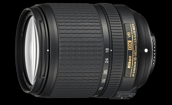 Nikon představil objektiv AF-S DX 18–140 mm f/3,5–5,6G ED VR, blesk SB-300 a dva kompakty