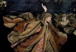 Alice Bochňáková - aranžované portréty pod hladinou