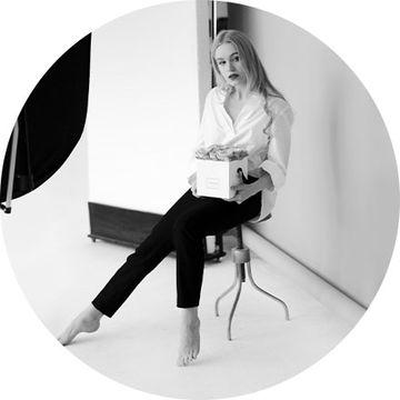 sedící žena s krabicí | Megapixel