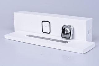 Apple Watch Series 4 44mm stříbrný hliník s bílým provlékacím sportovním řemínkem bazar