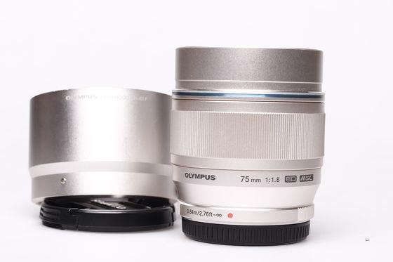 Olympus M.ZUIKO ED 75mm f/1,8 stříbrný bazar