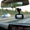autokamera s vyšším rozlišením 2304x1296 super FullHD, vybavená GPS modulem s detekcí rychlostních radarů, Sofistikované asistenční systémy ADAS (LDWS, FCWS a další), pohybový G-senzor, vylepšená kvalita nočního záznamu.