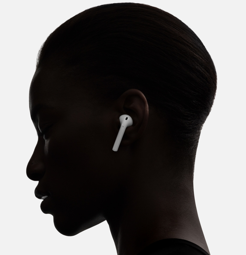 Apple AirPods poslech