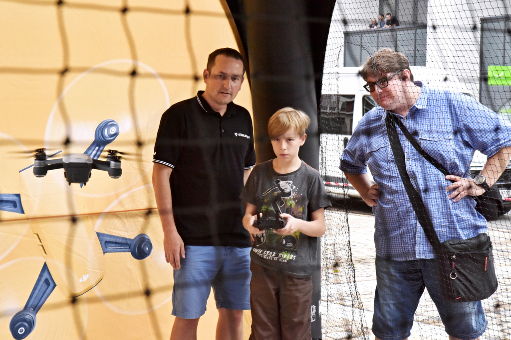 Návštěvníci si mohli vyzkoušet drona v krytém stanu