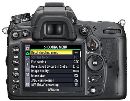 Nikon D7000 + 18-200 mm VR II + 16GB Ultra + brašna 3350 + B+W UV filtr!