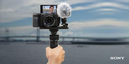 Vlogujte se Sony. K foťákům od nás dostanete mikrofon a grip s 50% slevou.