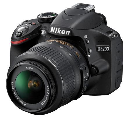 Nikon D3200 + 18-55 mm VR II + 8GB karta + brašna Nikon + filtr UV 52mm + poutko na ruku!