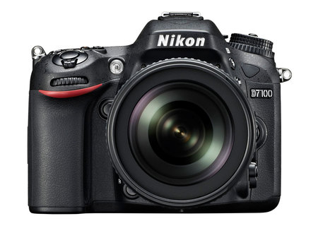 Nikon D7100 + 18-105 mm VR + 16GB Ultra + brašna Nikon + B+W UV filtr + poutko na ruku!