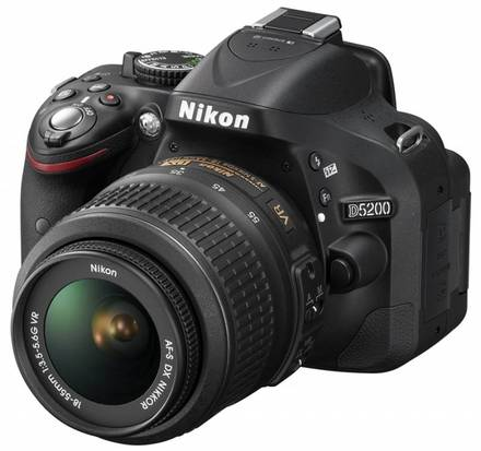 Nikon D5200 + 18-55 mm VR II + 16GB Ultra + brašna Nikon + filtr UV 52mm + poutko na ruku!